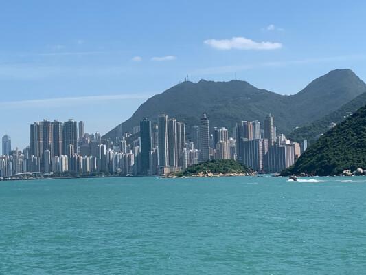 Uitzicht op Hongkong vanaf de ferry naar Cheung Chau